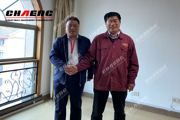 Wang Dexin (left), deputy general manager of CHAENG, and Chen Honglin (right), general manager of Hengle Building Materials of Shagang Group